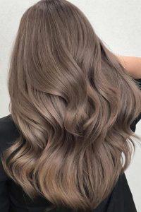 """Màu nâu lạnh là tông nhuộm trung tính. Không quá sáng nhưng cũng không quá trầm. Vì thế, màu tóc này phù hợp với mọi kiểu tóc và màu da. Khi bạn """"diện"""" màu nâu lạnh cho tóc; chắc chắn sẽ khiến bạn nổi bật, và tạo ấn tượng đặc biệt giữa đám đông."""
