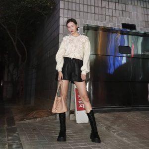 """Sunmi được đánh giá là một trong những sao Hàn có gu ăn mặc """"chất"""" nhất. Nữ ca sĩ không ngại tìm kiếm nhiều sự kết hợp chất liệu và phong cách đối lập. (Ảnh: @miyayeah)"""