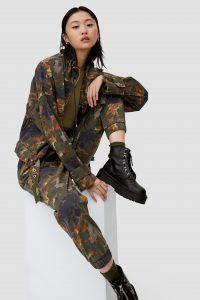 Pull&Bear – Black platform boots with zip detail – 1.499.000 VND. (Ảnh: Pull&Bear)