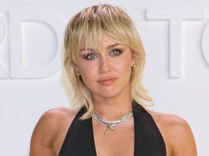 Miley Cyrus với kiểu tóc mullet nhuộm tone màu sáng. Ảnh: Glamour.