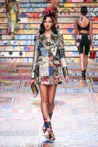Người mẫu với kiểu tóc xoăn gợn sóng của những năm 40 trong show diễn thời trang mùa Xuân Hè 2021 của nhà mốt Dolce & Gabbana. Ảnh: Vogue.
